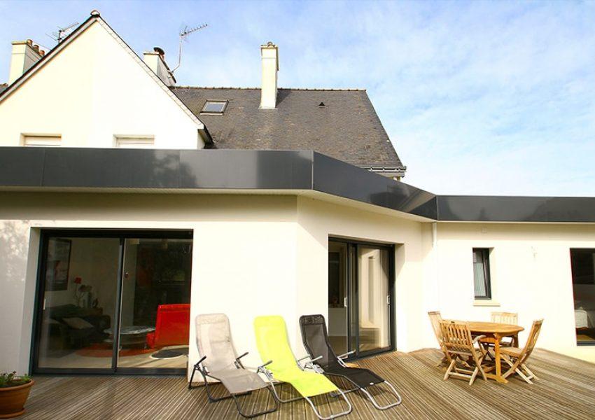 Double extension à toit plat pour cette maison bretonne