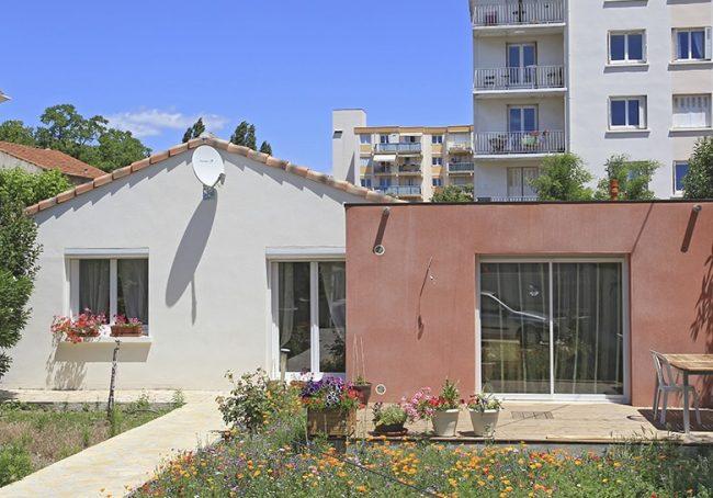 Extension à toit plat colorée à Montpellier