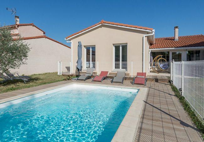 Extension de maison traditionnelle donnant sur une piscine creusée près de Toulouse