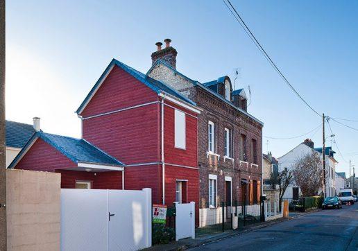 Extension en bois rouge associé à une maison en brique