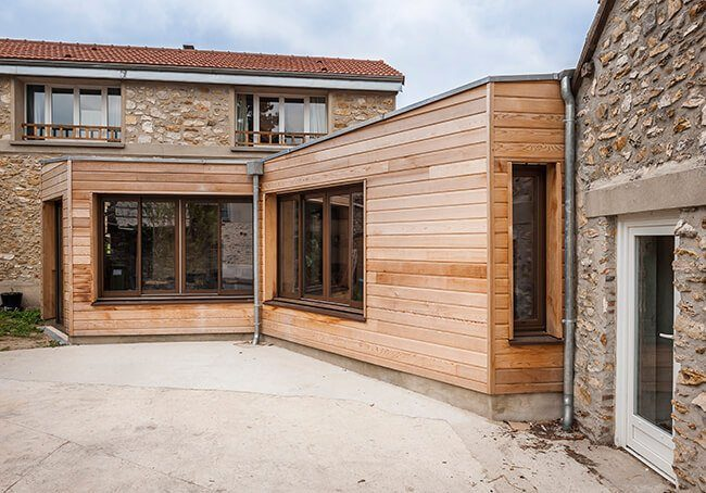V-Extension en bois et maison en pierre pour plus de charme