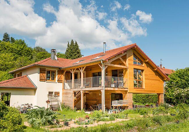 V-Extension en bois harmonieuse avec la maison et la nature