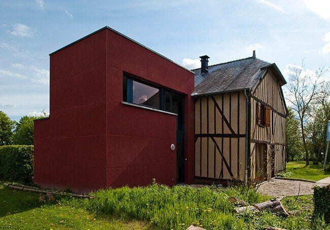 V-Grange rénovée agrandit avec un extension rouge