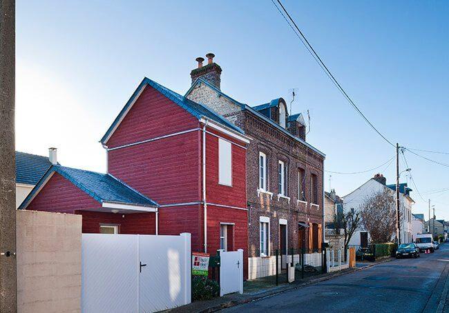 V-Harmonie entre maison en brique et son extension en bois rouge