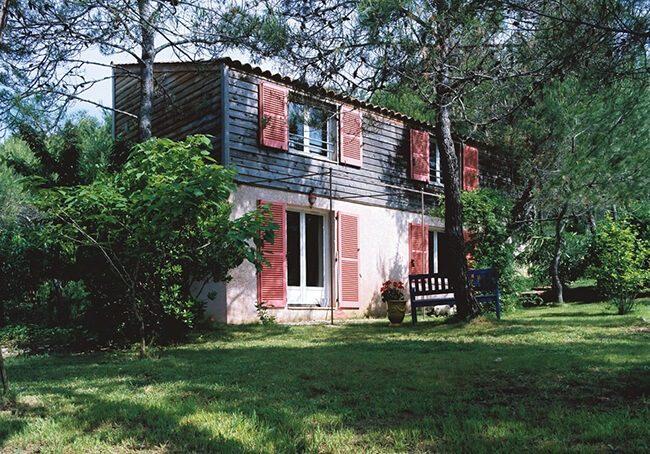 V-Surélévation en bois d'une maison avec volets rouges