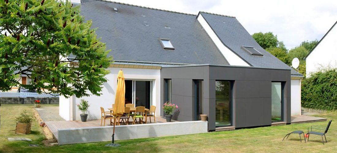 extension d'une maison grise à toit plat